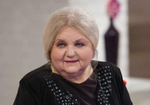 Pogány Judit, az Örkény Színház színésznője nemcsak a színpadon zseniális, számos filmben is felejthetetlen alakítást nyújtott, mint például a Sose halunk meg, a Szamba, a Csinibaba, a Zimmer Feri vagy a Hyppolit címűekben. A legendás kaposvári színházban segédszínészként kezdte a pályáját, itt, a Csiky Gergely Színházban vált az ország egyik legismertebb színésznőjévé.