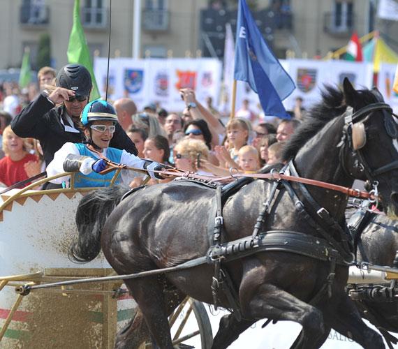 A Fogatvágta Sztárfutama során a csöppet sem veszélytelen küzdelemben Keresztes Ildikó nyert, Lázár Zoltán fogathajtó bajnok segítségével.