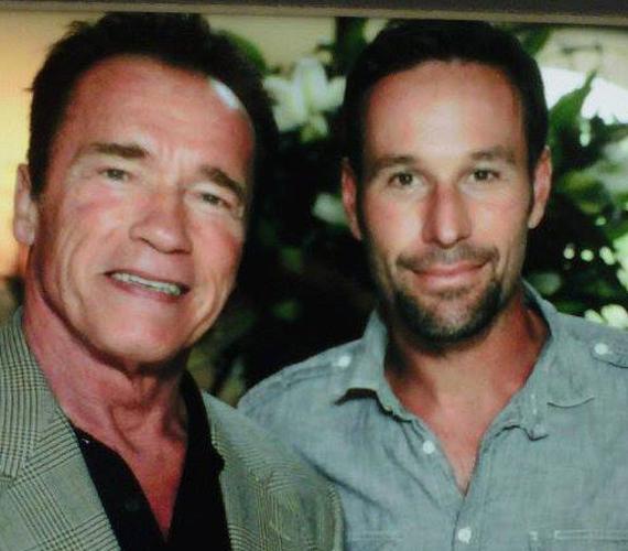 Az egykori nagy Ő Arnold Schwarzeneggerrel is ütögetett. Egy kommentelő szerint azonban a kép csak Photoshop.