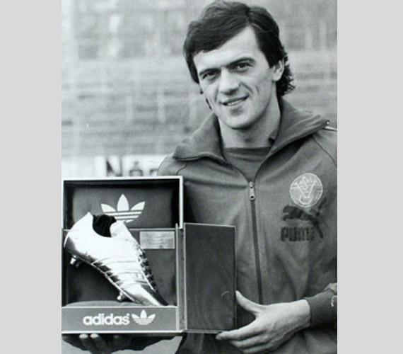 Várady Béla 36-szoros válogatott, az 1972-es müncheni ötkarikás játékokon olimpiai ezüstérmes labdarúgó 2014. január 23-án hunyta le örökre a szemét. A Vasas és a magyar válogatott hatalmas erejű lövéseiről ismert csatára1977-ben az európai Ezüstcipőt is kiérdemelte.