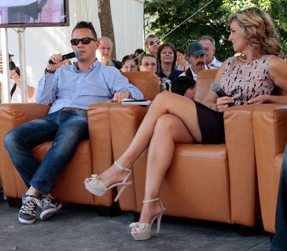 A 39 éves műsorvezető a ruhához illő tűsarkút választott, mellyel csak még inkább felhívta a figyelmet irigylésre méltó lábaira.