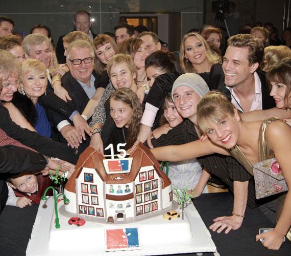 A buli csúcspontja a Mátyás király téri házat lakóival együtt ábrázoló torta volt.