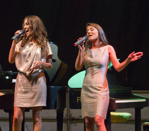 A sztárvendégek saját dalaik mellett Mariah Carey és Whitney Houston világslágereinek előadásával nyűgözték le a közönséget.