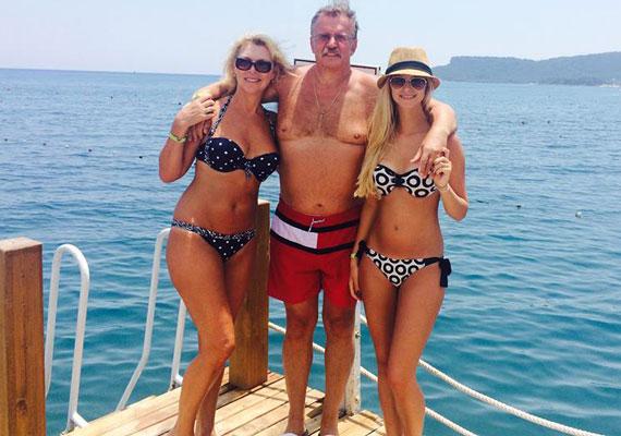 Nyertes Zsuzsa férjével, Attilával és lányával, Zsuzsóval - a színésznő, aki decemberben lesz 57 éves, ma is bombázó bikiniben.