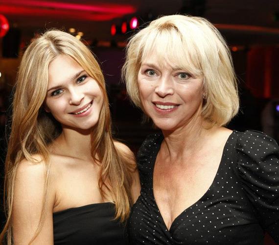 Zsuzska, aki színésznő édesanyja vonásait és szépségét örökölte, az érettségije után jogi egyetemre készül.