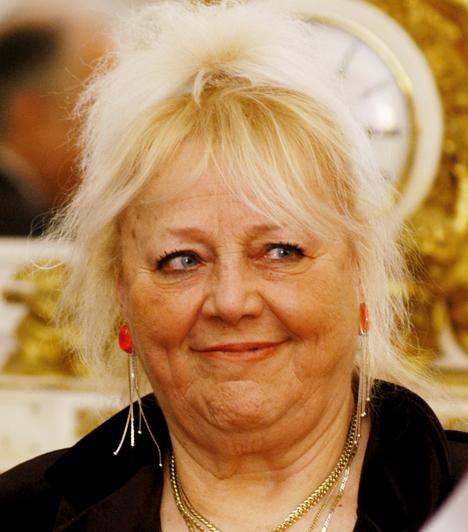 Csala Zsuzsa  Az egyik bulvár napilap szerint Csala Zsuzsán egy ismeretlen házaspár segít, ugyanis a komika egyedül már nem tudná kifizetni a rezsijét a 37 ezer forintos nyugdíjából. A művésznő ezt cáfolta, azt mondta, meg tud élni a nyugdíjából, a rajongók inkább a szeretetükkel tartják el.
