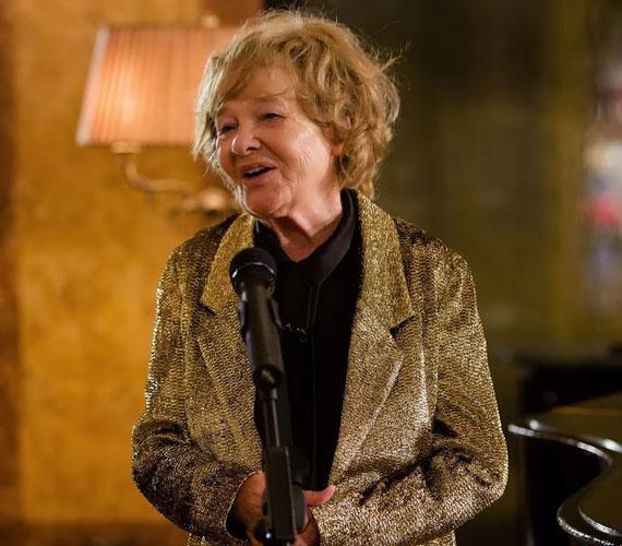 Törőcsik Mari a filmben a kiöregedett dizőz, aki felkarolja a három elkeseredett, különböző korú nőt, és létrehozza velük a Swing Angels nevű énekes haknizenekart.