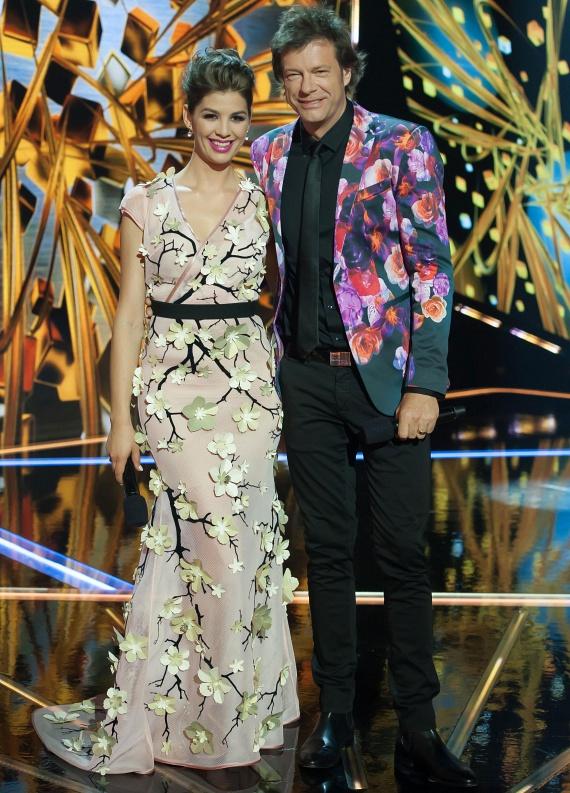 Holdampf Linda stylist a döntőben is ügyelt arra, hogy Nóra és Tilla Attila ruhája összhangban legyen, így az utóbbi virágos zakót kapott.