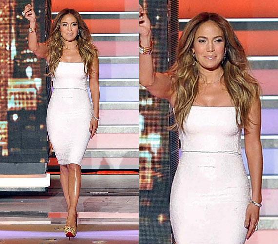 Jennifer Lopez márciusban lépett szűk, fehér, pánt nélküli Blumarine ruhában az American Idol című tehetségkutató színpadára.