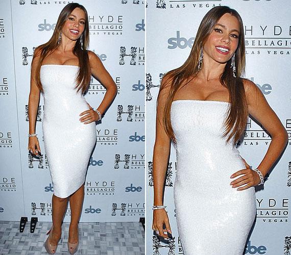 Sofia Vergara idén szilveszterkor köszöntötte az új évet ebben a klasszikus Blumarine kreációban, Las Vegasban. A szexi fehér ruhához bézs, platformos magassarkút párosított, így lett még bulizósabb az összeállítás.