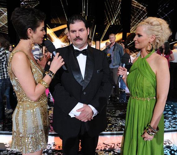 Az utolsó élő show-n mindkét műsorvezetőnek feltupírozták a haját.
