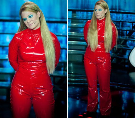 Szinetár Dórának a Sztárban sztár első adásában Britney Spears énekesnő bőrébe kellett bújnia. Felhúzott egy hasonló, piros, latex kezeslábast, mint amivel a világsztár híressé vált, de erről a látványról jó páran lemondtak volna.