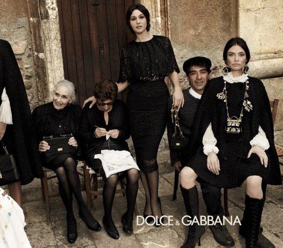 Az olasz divatház egyik védjegye a fekete - nincs olyan kollekciójuk, amelyben ne értelmeznék újra az örök kedvencet. Idén télen barokkos kontextusban szerepel ez a szín, sok-sok arany ékszerrel és ruhadísszel - ahogy ezt az aktuális Dolce & Gabbana-kampányfotókon is láthatjuk.