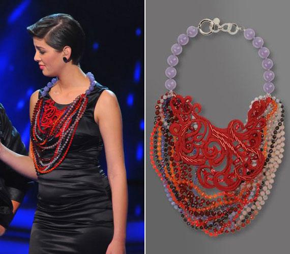 A feltűnő Emporio Armani nyaklánc több magazinban is szerepelt már különböző színváltozatokban. A színes gyöngyökkel kombinált, csipkehatású ékszer olyan benyomást kelt, mintha a ruha gallérja, mintázata lenne.
