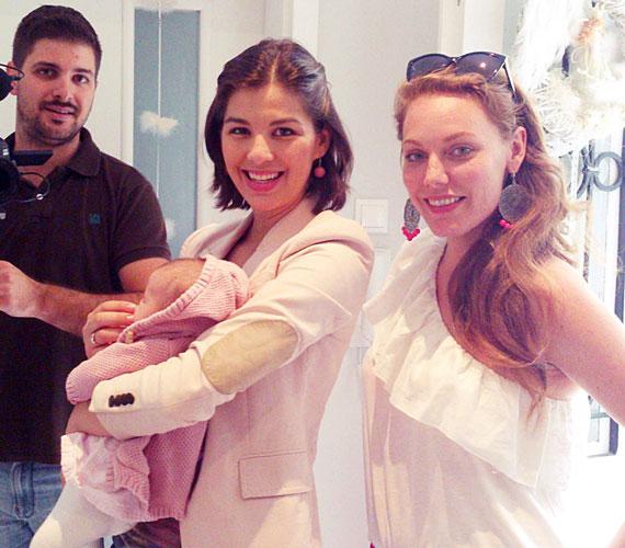 Július közepén Micit is elvitte az Angel's Army egyik forgatására. Anya és lánya összeöltöztek, mindketten rózsaszínbe bújtak.