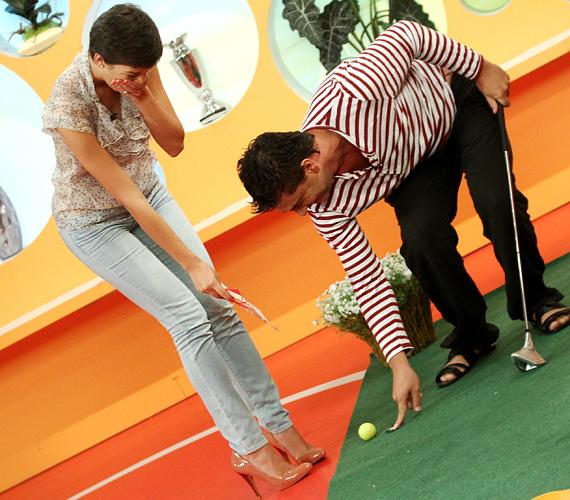 Novák Laci rádiós ügyeskedett egy sort a sebtiben felállított golfpályán, és sikere is volt: még Nórát is sikerült megnevettetnie.