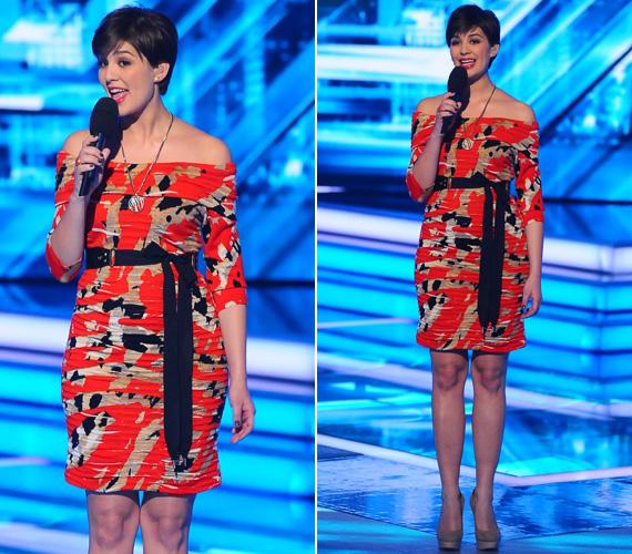 A csinos műsorvezető az X-Faktor hetedik élő show-jában is egy különleges, tiritarka Blumarine-ba bújt. Az őszhöz illő téglavörös szín dominált az öltözeten, amiben így lehetetlen volt észrevétlennek lenni.
