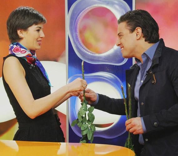 A meglepetés sem maradt el: a műsorvezető nem számított arra, hogy Nagy Sándor énekestől virágot kap.