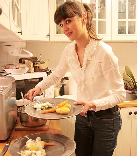 Nagymamája segítségével főzött  A Vacsoracsata egyik 2008-as adásában a népszerű tévés fakanalat ragadott. Mint később elárulta, nem nagyon tud főzni, ezért a nagymamája, mint egy hangos szakácskönyv folyamatosan mondta, hogy mikor mit tegyen - mindenesetre nagyon élvezte a háziasszonykodást, de erre sűrű munkarendje miatt nem igazán jut ideje a hétköznapokban.