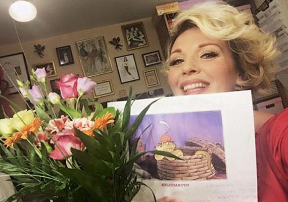 Liptai Claudia elköszönt kollégáitól. A Játékszín Vidám kísértet című darabjában csütörtök este lépett utoljára színpadra. Mint ismert, a 42 éves sztár A Nagy Duett április 10-i adásának legvégén jelentette be, hogy kisbabát vár.