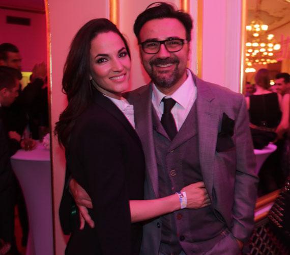 Gianni egykori műsorvezető, étteremtulajdonos és Debreczeni Zita modellből lett fotós a márciusi Glamour-gálán vállalták fel először, hogy egy párt alkotnak. A rendezvényre kéz a kézben érkeztek, a partin pedig el sem mozdultak egymás mellől.