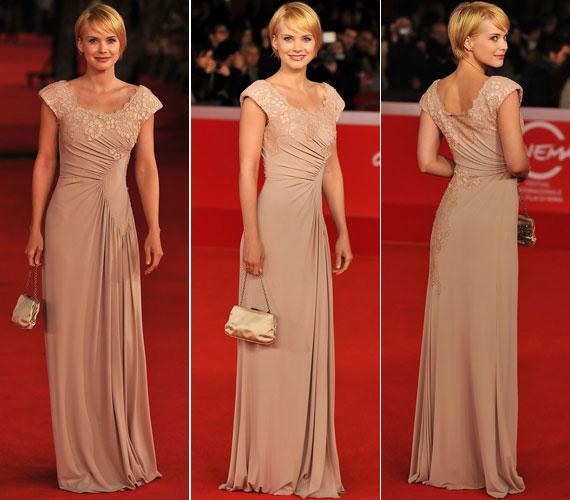 2010 októberében az 5. Római Nemzetközi Filmfesztiválon, az Oranges and Sunshine premierjén ebben a nude színű, csipkével díszített darabban hódított.