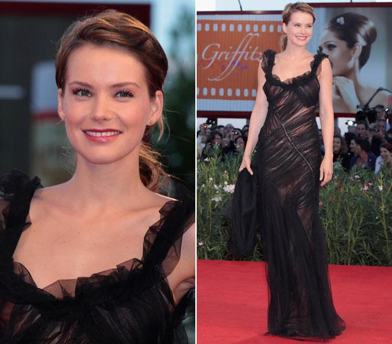 2010 szeptemberében a 67. Velencei Nemzetközi Filmfesztiválon ugyancsak egy rafinált szabású, fekete muszlinruhában lépett a vörös szőnyegre.