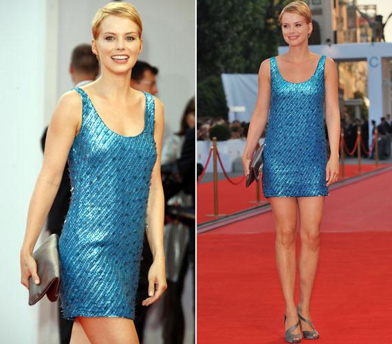 2008 augusztusában a velencei filmfesztiválon ebben a metálos türkiz miniruhában forrósította fel a hangulatot.