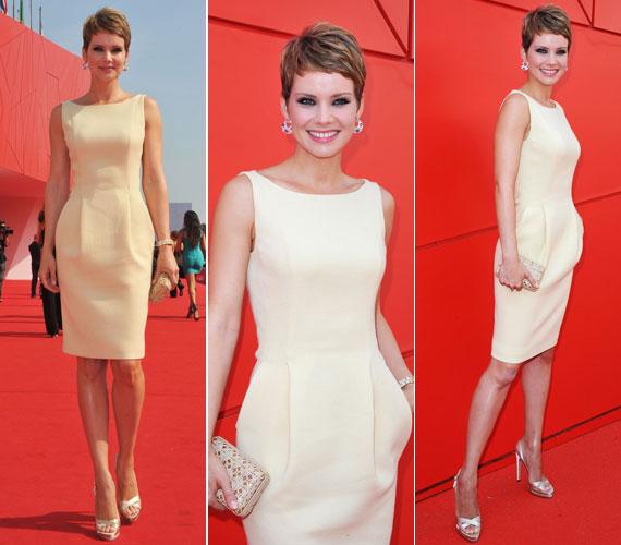 2011 szeptemberében a 67. Velencei Nemzetközi Filmfesztiválon tökéletes választás volt a vörös szőnyeghez és a háttérhez ez a homokszínű, nyári ruha.
