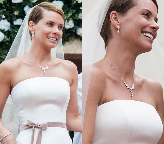 A számos külföldi filmben is feltűnt magyar színésznő az egyszerű szabású menyasszonyi ruhához visszafogott, kristályokkal díszített nyakláncot, fülbevalót és karkötőt viselt.