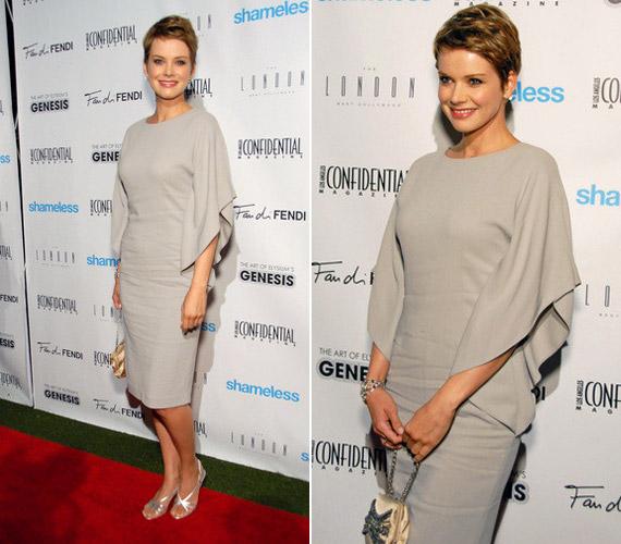 Osvárt Andrea a 2011-es Emmy-gálán ezt a visszafogott, mégis elegáns, szürke ruhát viselte.