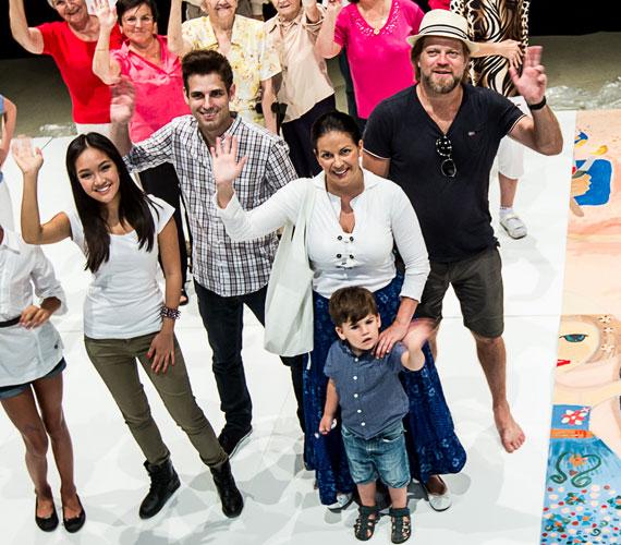Anya és fia egy jótékonysági kezdeményezésen vett részt. A következő másfél hónapban 8 városban gyűlnek majd össze betegek, orvosok, nővérek, hogy megfessék egy 60 négyzetméteres képeslap darabjait, melyet a Guinness rekordok szakmai hitelesítésével postára is adnak.