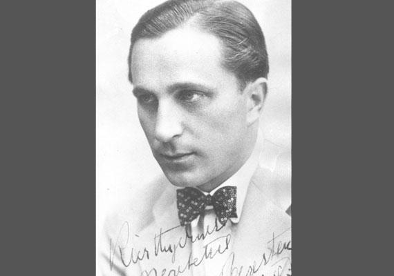 Az ifjú Páger nemcsak a színészethez értett, hanem a festéshez és a hegedűhöz is. A '20-as években Székesfehérváron, Kecskeméten Nagyváradon, majd Szegeden játszott, innen költözött 1931-ben Budapestre. Ez a fotó is ekkor készült.