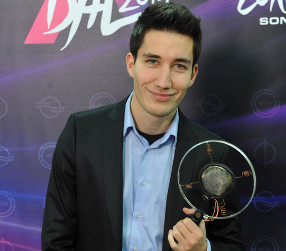 Pál Dénes A Dal oldalán a szavazatok 23%-át kapta meg, a zene.hu-n 14,8%-ot, és ByeAlex Top 10-es listáján is szerepel. Brave New World - Szép új világ - című dala itt hallható »