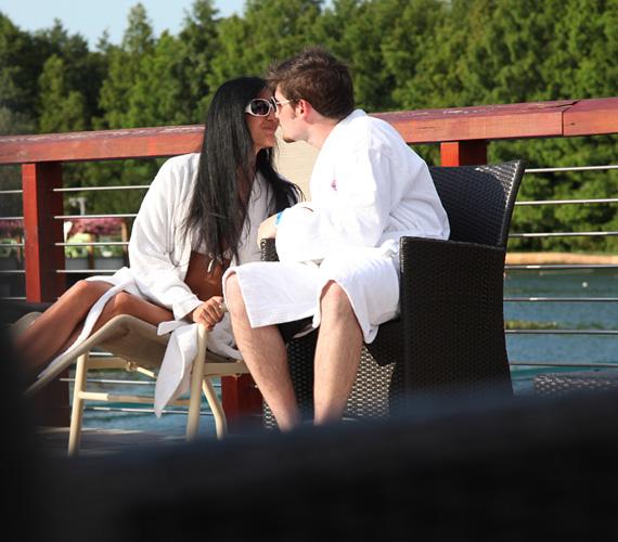 - Tündivel már közel két éve vagyunk együtt. Egy televíziós munka kapcsán ismerkedtünk össze - mesélte párjáról szerelmesen az énekes.