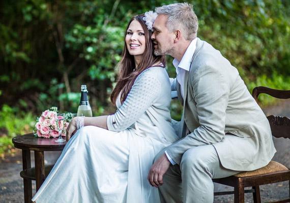 A szabadban egyedi hangulatú fotók készültek a házaspárról.