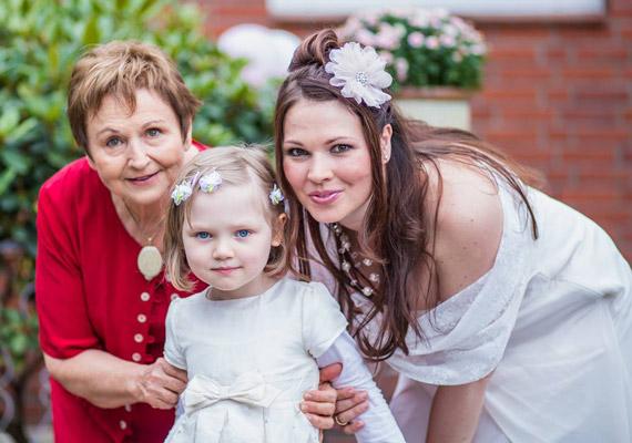 Édesanyjával, és lassan hatéves kislányával, Borával.