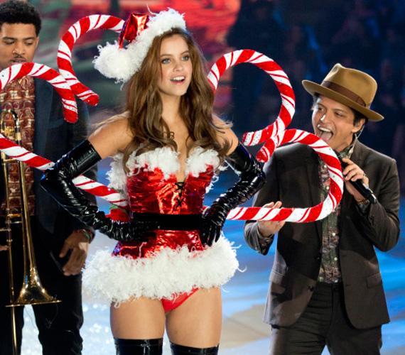Szárnyai nagyméretű, kampós, karácsonyi cukorkák voltak. Ezzel az összeállítással még a sztárfellépő, Bruno Mars sem tudta levenni róla a szemét.
