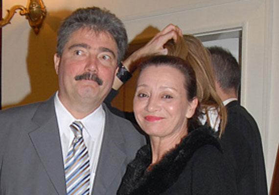 Pap Vera sohasem szeretett magánéletéről nyilatkozni. A fotó pár évvel ezelőtt készült férjével, Simon Sándorral. Ügyvéd párjához 2007-ben ment feleségül.