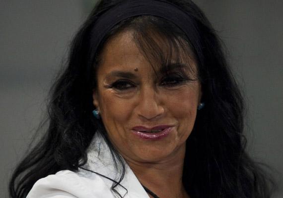 Papadimitriu Athina görög génjeinek is köszönheti, hogy nyáron hamar szert tesz a barnaságra, így koránál még fiatalabbnak tűnik a 60 éves színésznő.