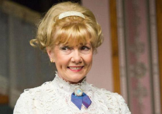 Piros Ildikó decemberben tölti be a 67. évét, de a mosolygós színésznőről még sokaknak a Kisváros című sorozat szőke bombázója jut eszébe, mintha megálltak volna az évek.