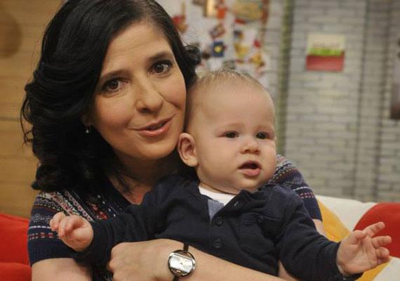 Dióssy Klári, az MTVA műsorvezetője 42 évesen lett újra édesanya. Sajnálatos módon első kislányát, Adélkát több mint tíz évvel ezelőtt elvesztette, de az élet valamelyest kárpótolta őt a kétéves Mátéval, akit Isten ajándékának tekint.
