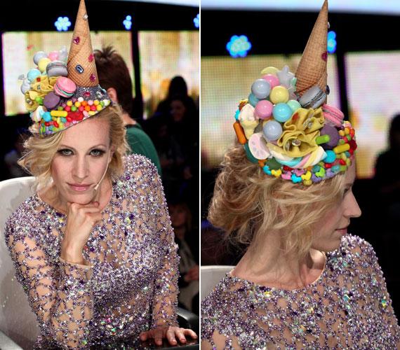 Bár a gyöngyökkel kivarrt ruha is figyelemfelkeltő volt, a legtöbb pillantást a műanyag fagyival és különböző édességekkel díszített kalap kapta.