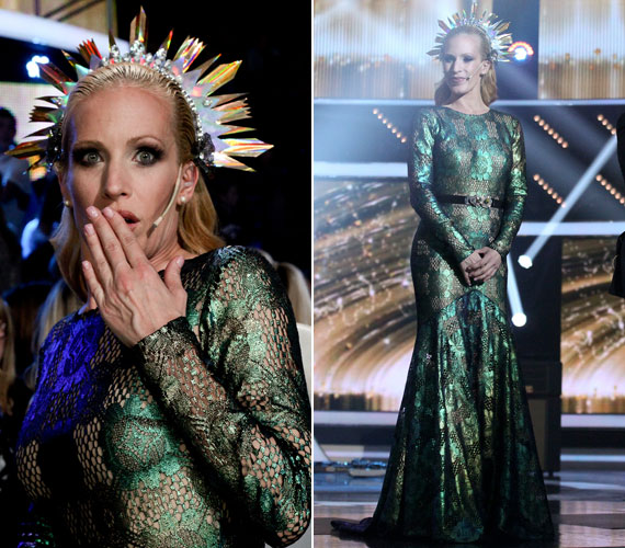 A karácsony előtti ünnepi adásban az énekesnő fejdísze és a Daalarna Szalon tervezője, Benes Anita által megálmodott ruha egyaránt emlékezetesre sikeredett.