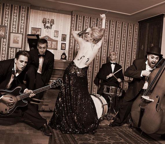 Az Anna and the Barbies énekesnőjéről nemcsak az új akusztikus lemezhez készült merész fotó, várandósan a nyolcadik hónap végén is rendhagyó felvételekhez állt a fényképezőgép elé.