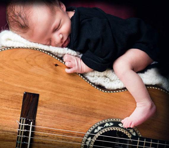 A gitárt nemcsak hallgatni jó, de jót lehet aludni is rajta.