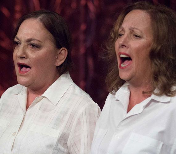 A színésznővérek: Egri Kati és Márta is felléptek a gálán. Előbbi a Szent Péter esernyőjében és a Klotild néniben, utóbbi a Kalauz Jutkában szerepel.