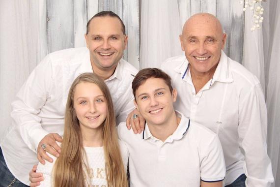 Pataky Attila két fiával, Gergővel és Acsával, illetve tündéri unokájával, Lilivel, aki 2004-ben látta meg a napvilágot.