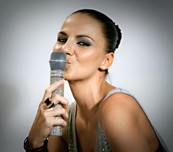 A Bring me to Life azt mondja el, hogy bármilyen mélyre is kerülhetünk, ha nyitott szívvel élünk, meglep még minket az élet jó dolgokkal, és kisüthet újra a nap - mesélte az énekesnő.