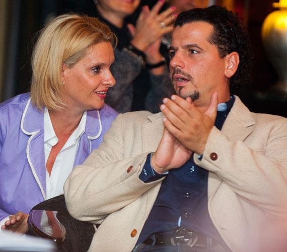Amikor 2012 szeptemberében fotók készültek Janza Katáról és 9 évvel fiatalabb szerelméről, a színész Szerényi Lászlóról, a színésznő bejelentette: elvált férjétől, így szó sincs félrelépésről.